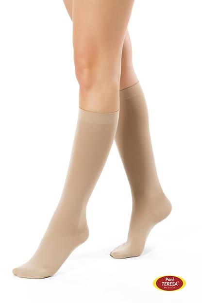 e51edcf613f6b8 Nogi kobiety widoczne od kolan w dół, ubrane w podkolanówki przeciwżylakowe  1 stopnia kompresji.